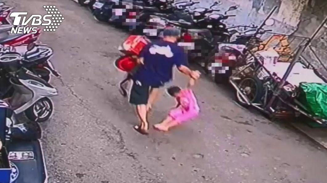 陳嫌騰空拎起女童。(圖/TVBS) 4歲女童最後身影!嫌「騰空拎起」進巷…出來只剩提袋