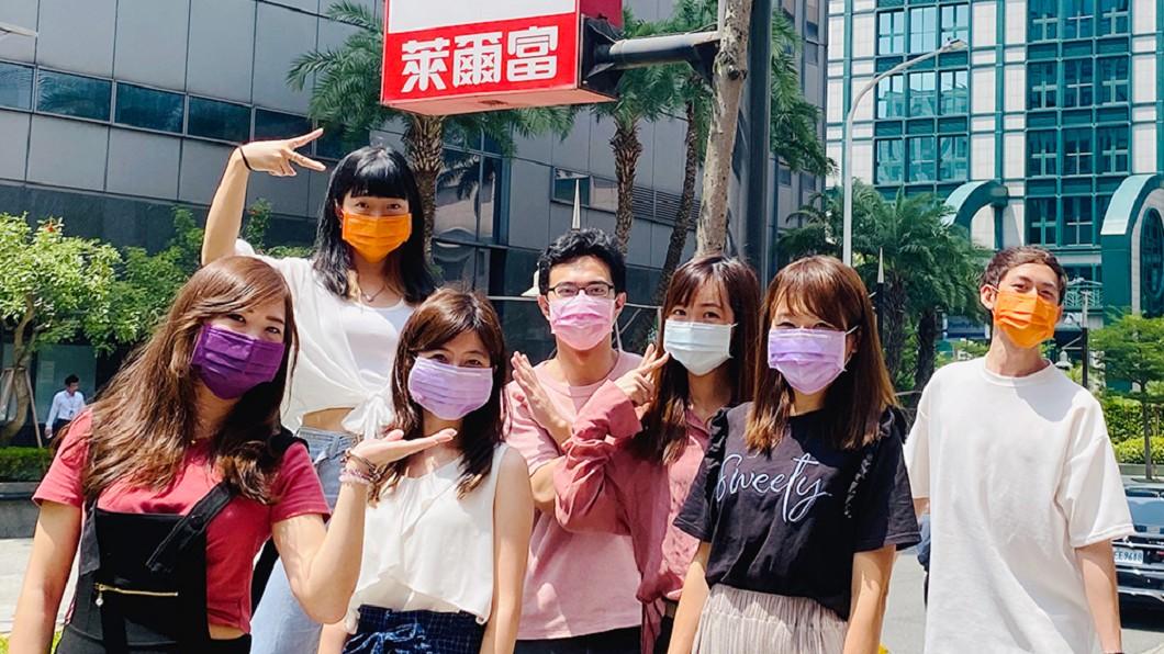 繼7月多色口罩,萊爾富再推軍墨綠色。(圖/萊爾富提供) 超商推3萬盒「軍墨綠」醫療口罩! 預購時間曝光