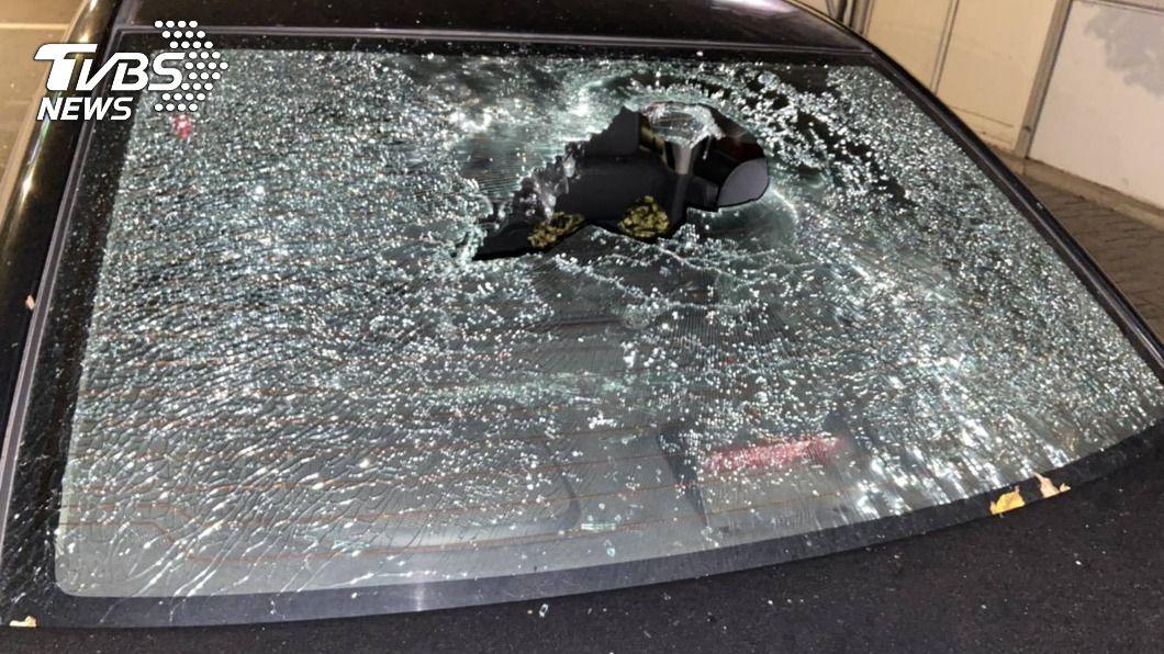 酒醉男以鋁棒砸毀路邊19輛車。(圖/中央社,警方提供) 男子酒後砸爛19輛車 清醒後啞口無言挨告