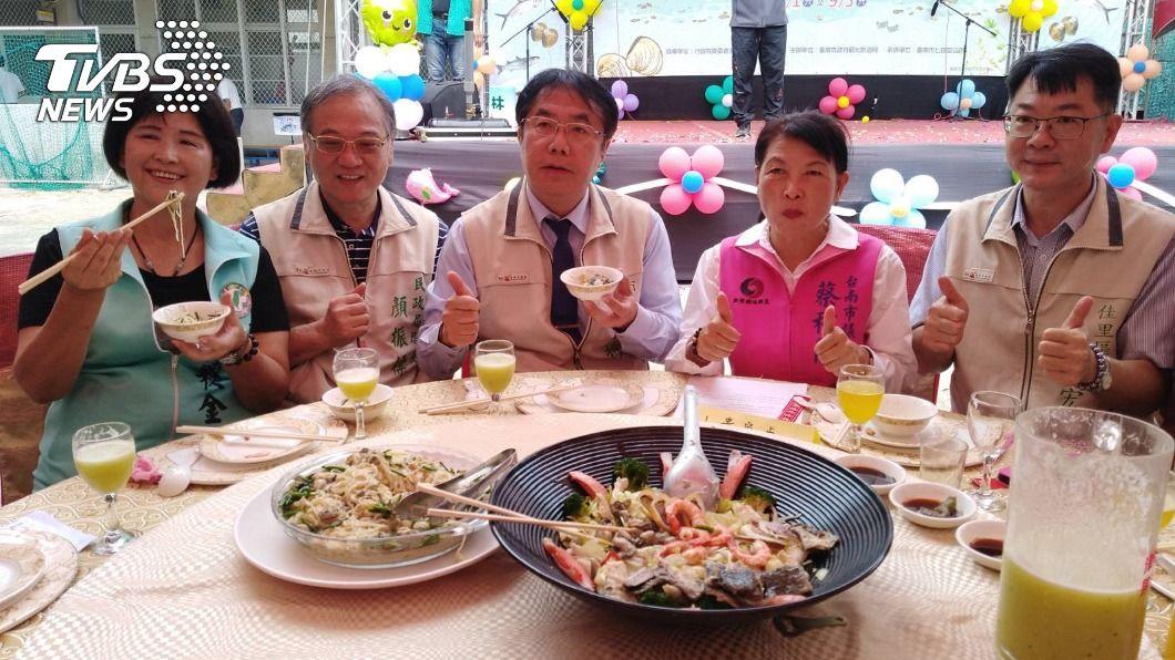 台南市長黃偉哲出席七股海鮮節。(圖/中央社) 美豬萊劑台灣標準出爐 黃偉哲盼消費者用嘴投票