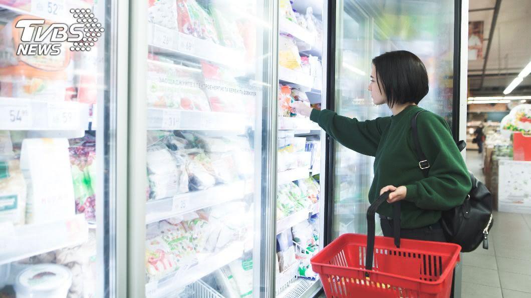 冰島一名婦女在超市意外摸到人類排泄物,讓她相當崩潰。(示意圖/Shutterstock達志影像) 崩潰!超市買雞塊摸到「便便」 婦氣炸:店員都在笑