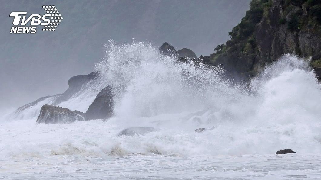 圖/達志影像美聯社 「海神」暴風圈觸及沖繩大東島 掀狂風巨浪