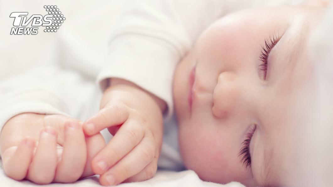 寶寶看見任何東西都想往嘴裡塞!(示意圖/shutterstock達志影像) 9個月嬰吞水晶寶寶「狂吐黃綠汁」 醫嚇壞:肚子鼓成球