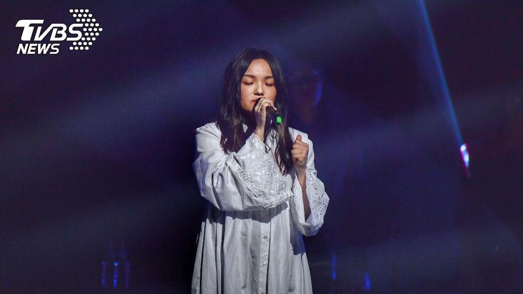 歌手徐佳瑩於北流開唱。(圖/中央社) 北流開幕演唱會 徐佳瑩挺7月孕肚開唱喊感動