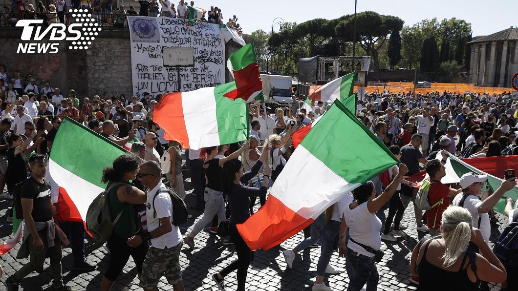 義大利羅馬千人上街反對強制戴口罩、強制接種疫苗。(圖/達志影像美聯社) 羅馬千人上街 抗議強制學童戴口罩和接種疫苗