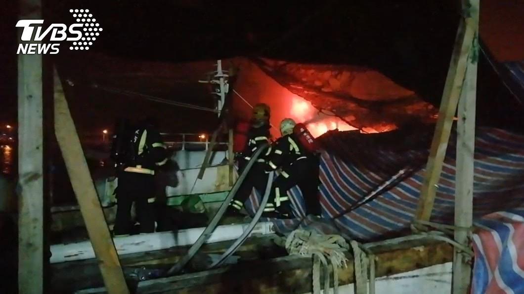 屏東鹽埔漁港發生火燒船事件。(圖/TVBS) 屏東鹽埔漁港火燒船 2船燒毀沒人傷亡