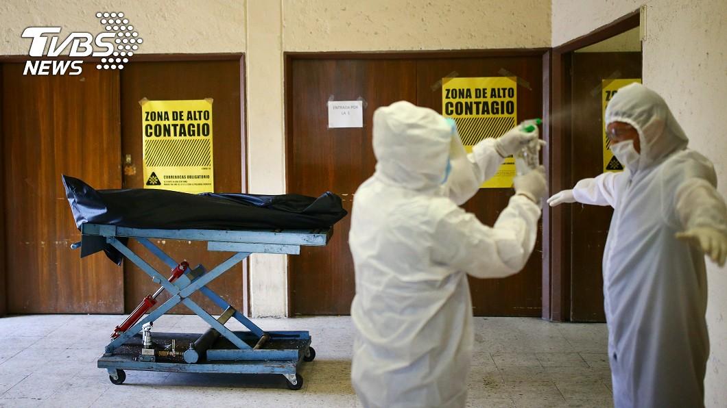 墨國衛生部表示,國內實際染疫死亡人數比預期多出逾12萬人。(圖/達志影像路透社) 疫情衝擊 墨西哥3到8月超額死亡12萬2765人
