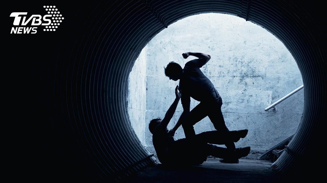 示意圖/shutterstock/達志影像 欠債不還!2男遭5惡煞亂棍狂毆 1死1重傷