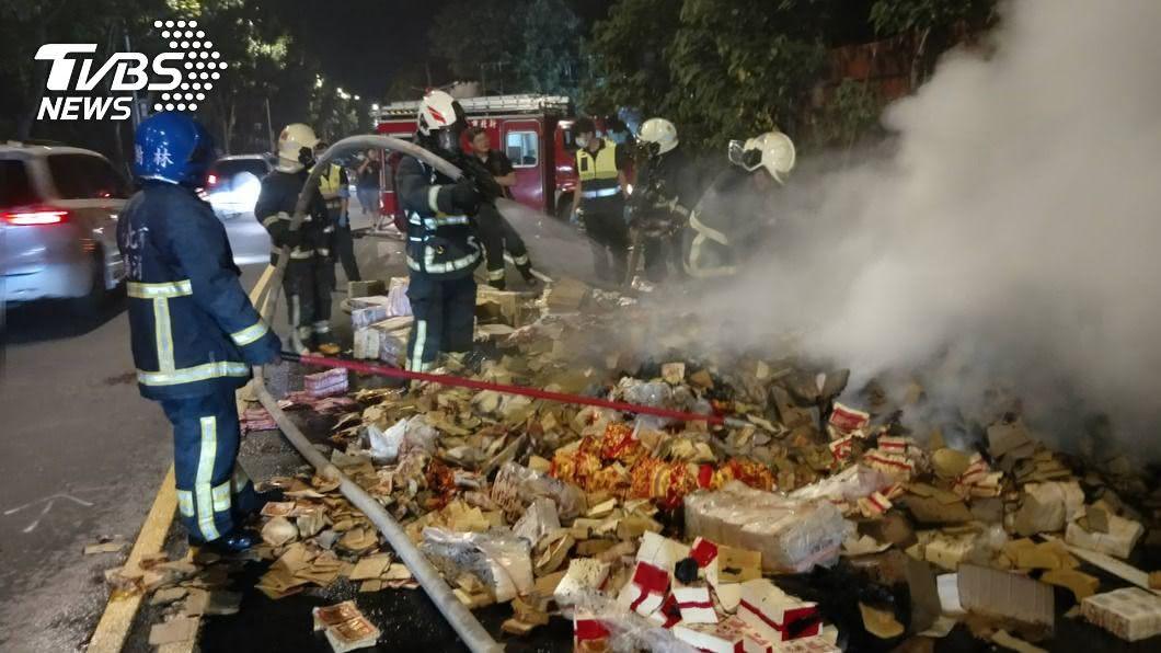 資源回收車上的金銀紙無故起火。(圖/TVBS) 載金銀紙送焚化爐突冒火 遭打趣:好兄弟有點急