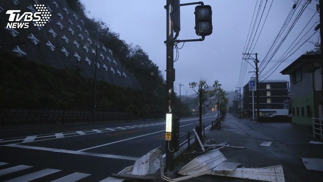 強颱海神維持強勁的威力逼近日本九州南部。(圖/達志影像美聯社) 強颱海神襲日本九州 當局勸184萬人疏散避難