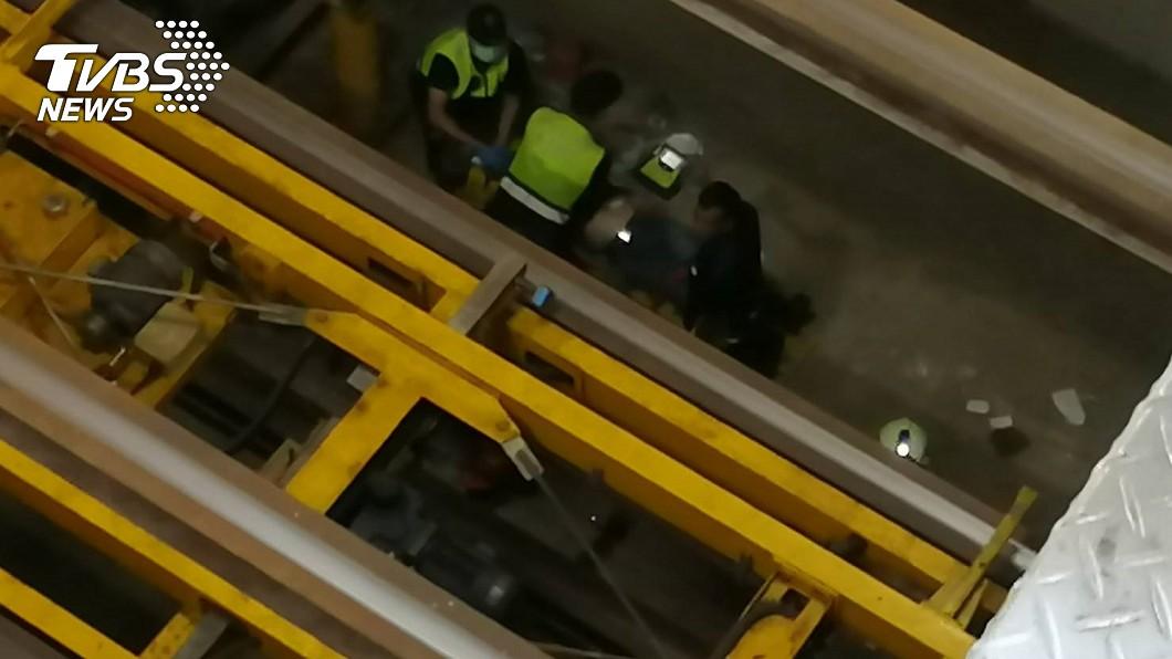圖/TVBS 停車場維修員遭機械重壓 命危送醫搶救中