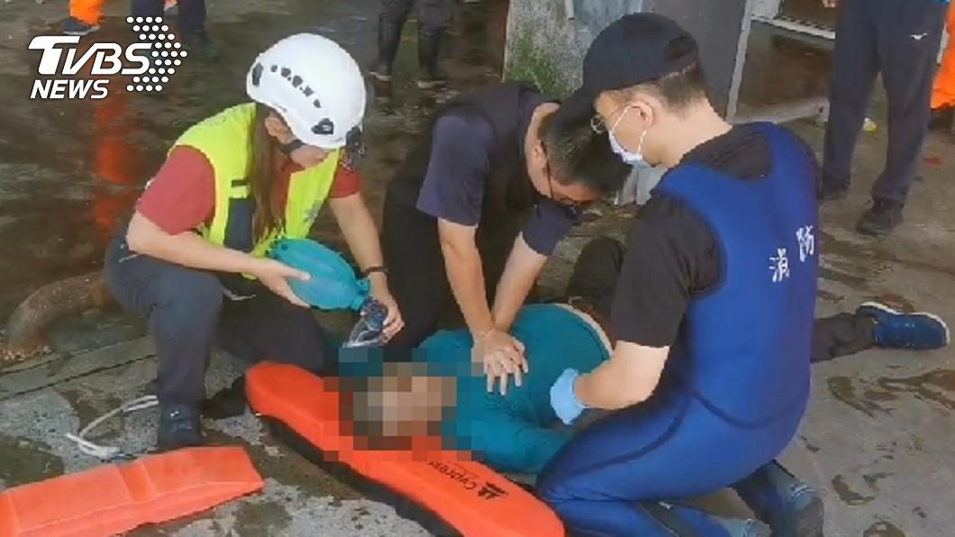 宜蘭驚傳8名釣客落海意外。(圖/TVBS) 宜蘭落海釣客又增1人 救起已無生命跡象