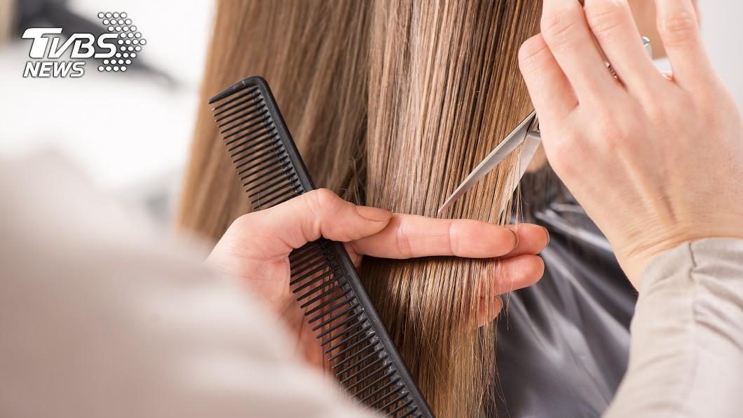 許多髮型師喜歡邊剪髮邊聊天。(示意圖/Shutterstock達志影像) 美髮師「機關槍狂問」不給睡 她崩潰:以為在法院