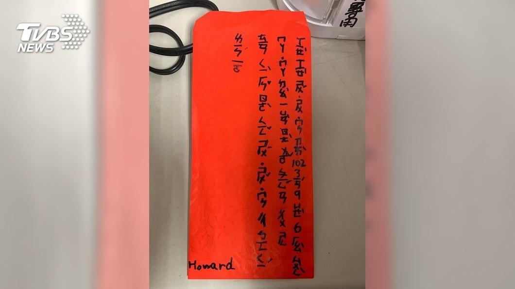 高雄市消防局右昌分隊日前收到一個滿滿注音文的紅包袋,上面寫著感謝消防叔叔。(圖/TVBS) 報答7年前接生之恩 男童送「注音文紅包」謝謝消防叔叔