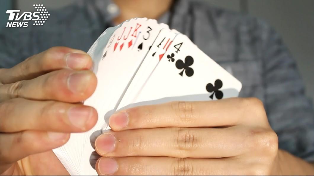 許多民眾都有玩過撲克牌的大老二遊戲。(圖/TVBS資料畫面) 大老二「最爛組合」牌型?網拿到一面倒稱:寧可拆牌出