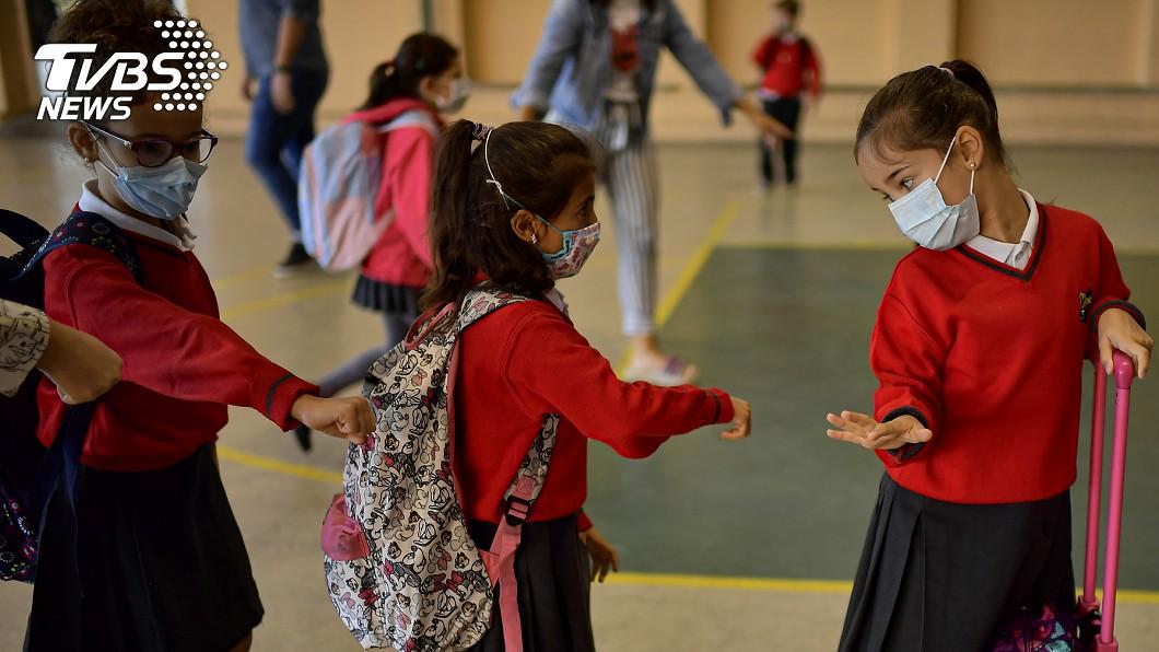 西班牙復課適逢新冠肺炎疫情升溫。(圖/達志影像美聯社) 西班牙確診破50萬大關 病例激增適逢復課