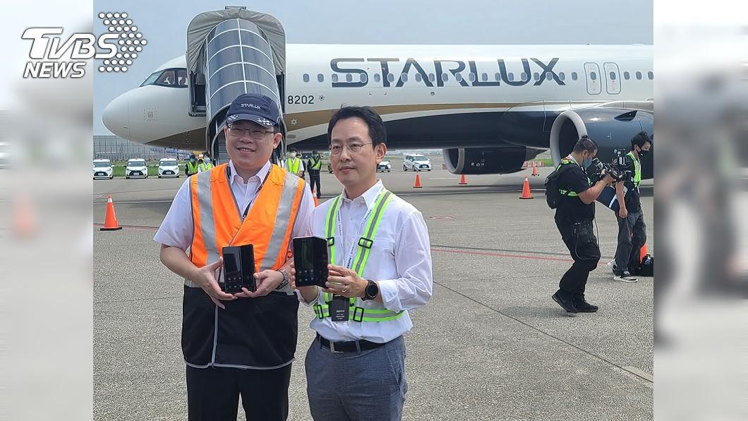 台灣三星電子總經理李大成(右),與星宇航空董事長張國煒(左)攜手包機秀新機。(圖/中央社) 三星攜手星宇航空 高空發表新一代摺疊機