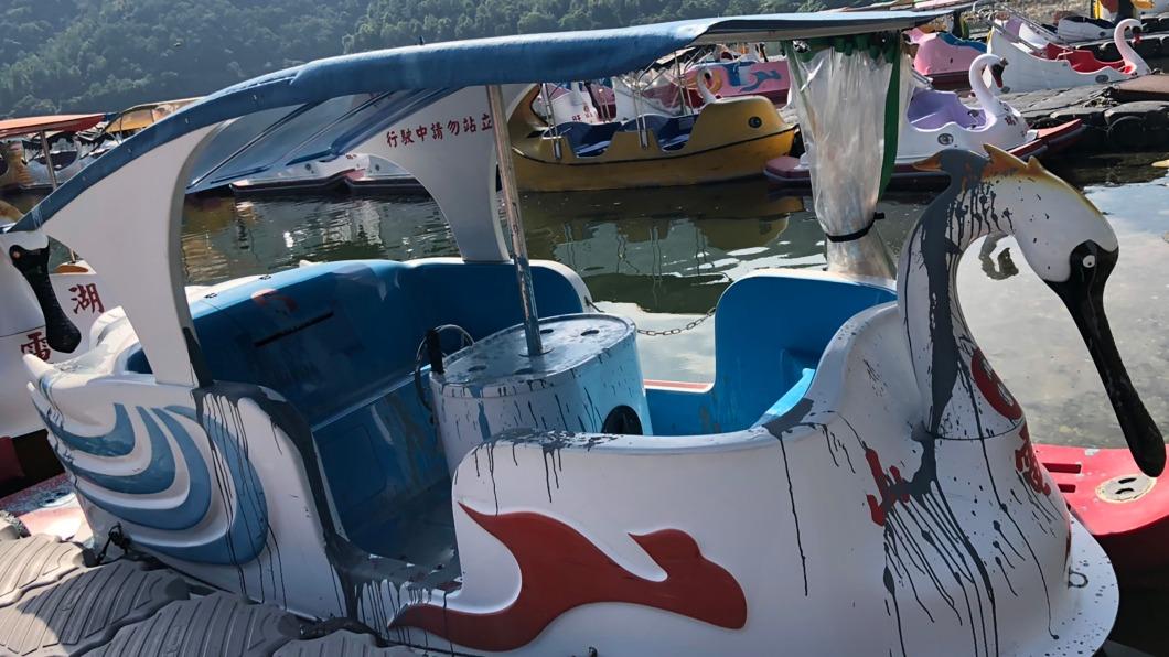 (圖/中央社,民眾提供) 花蓮鯉魚潭電動船遭惡意潑漆 業者報警偵辦