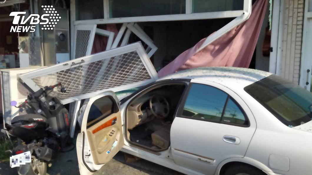 台南一名駕駛失速撞毀民宅大門。(圖/TVBS) 農曆七月都市傳說?男駕車衝撞民宅 「回神」後全毀了