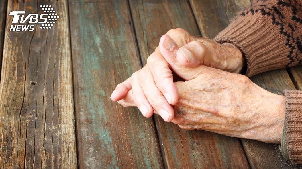 南投縣77歲婦人轉院篩檢陽轉陰 ,疾管署註銷確診。(示意圖,非當事人/shutterstock達志影像) 確診烏龍!77歲婦轉院篩檢陽轉陰 南投縣政府證實註銷
