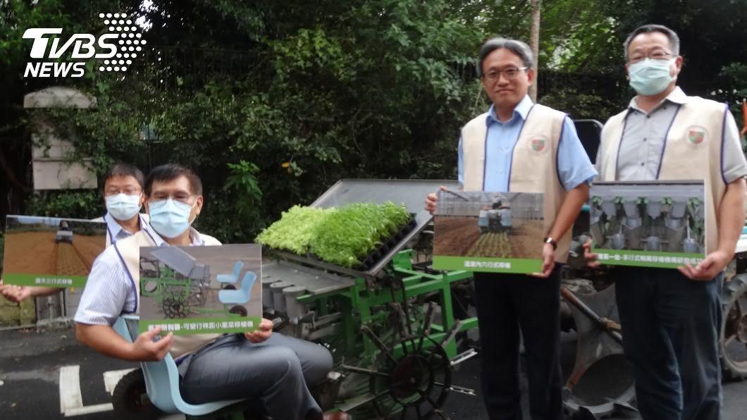農委會桃園區農業改良場發表一款台灣才有的「短期葉菜」種菜機。(圖/中央社) MIT短期葉菜種菜機快又實惠 農委會:日本也沒有
