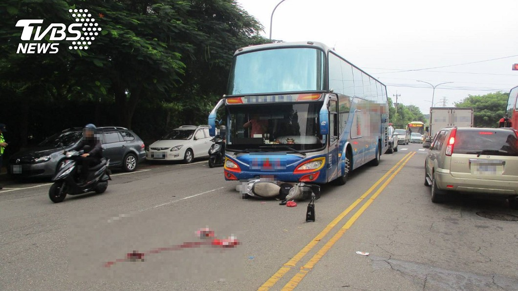 女騎士突切內車道遭撞斃。(圖/TVBS) 台中女騎士突闖內車道遭撞斃 滾地數圈濺血亡