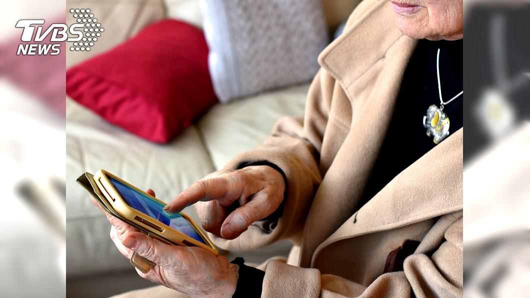 母親怕打擾兒子,訊息反覆斟酌才敢送出。 (示意圖/shutterstock達志影像) 「兒何時回家」老母怕打擾…訊息打完秒刪 緊握手機苦等