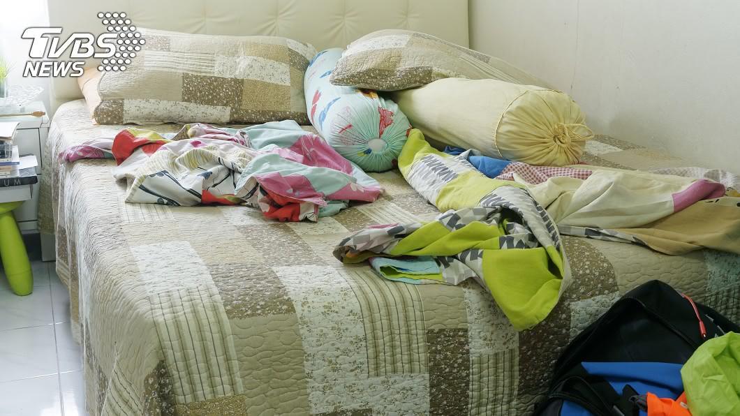 命理師建議床尾別對窗,雜亂氣流會影響桃花與懷孕。(示意圖/shutterstock達志影像) 愈睡愈衰!命理師曝床尾擺放「玄機」:對窗易流產