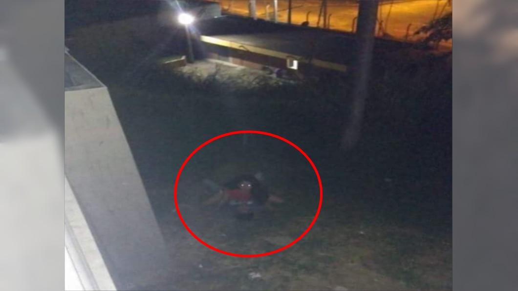墨西哥一對男女在野外運動,嚇到拍攝者。(圖/翻攝自Memes Rancheros臉書) 公園驚見「雙頭6腳獸」!網一看全笑噴:事情不單純
