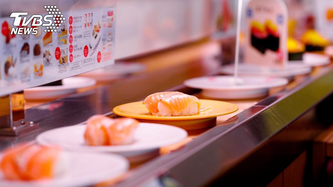 許多民眾喜愛到迴轉壽司店用餐。(示意圖/shutterstock 達志影像) 吃迴轉壽司有眉角!內行直衝「最佳座位」:爽拿鮭魚