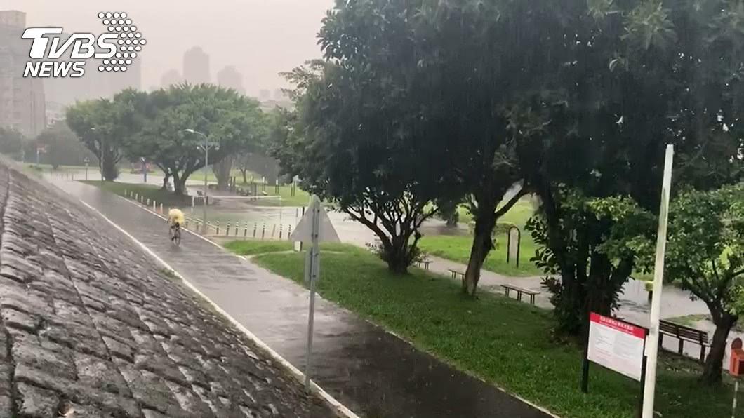 (示意圖/TVBS資料畫面) 帶傘出門!入秋第二波鋒面來襲 「水氣圍繞全台」連5天降雨