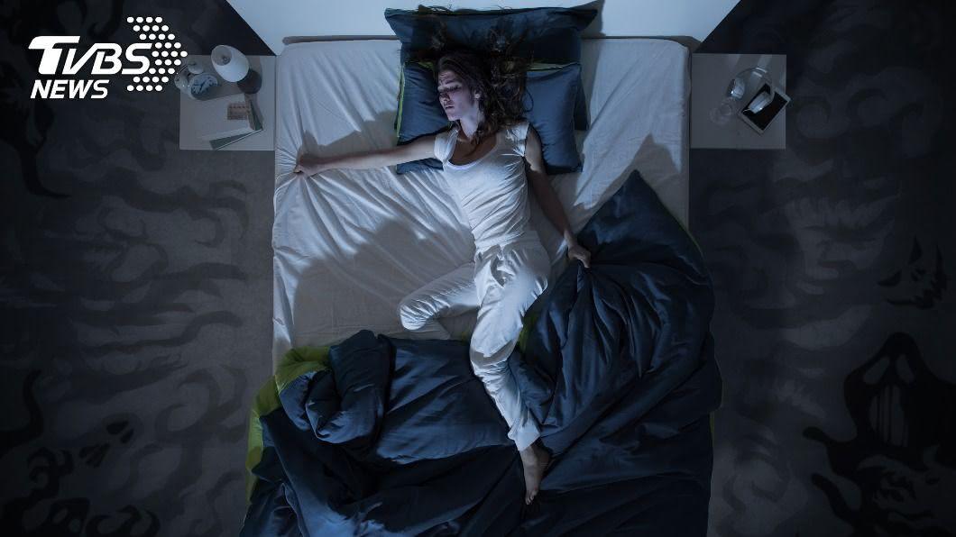 睡到一半感到腿癢,小心得了「腿不寧症」。(示意圖/shutterstock達志影像) 早逝警訊!半夜癢到受不了 4招改善「腿不寧症」