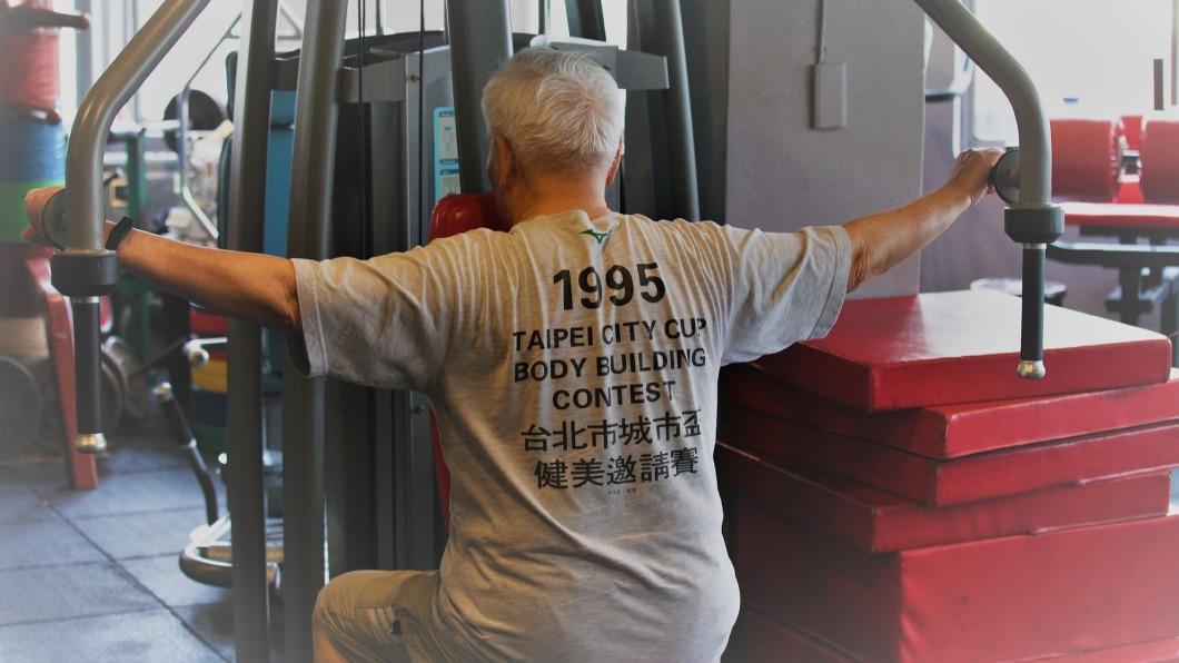 網友在健身房驚見高齡93歲的爺爺。(圖/翻攝自「爆廢公社公開版」臉書) 健身房驚見白髮爺賣力重訓 網驚:93歲了