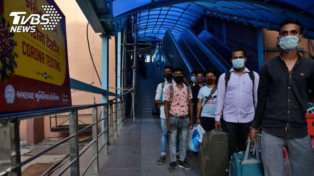 印度確診總數僅次於美國,居世界第二。(圖/達志影像美聯社) 全球染疫死亡人數破90萬 疫情最新情報一覽