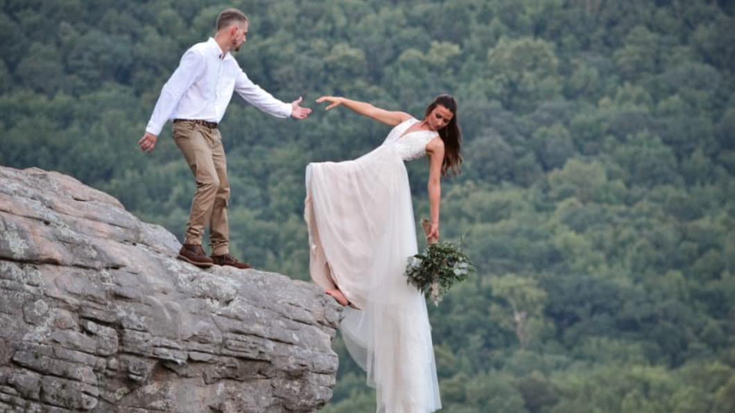 美國一對新婚夫妻的婚紗照嚇壞眾人。(圖/翻攝自Mason Gardner臉書) 懸崖凌空玩命拍婚紗 新人捕捉「死亡瞬間」樂喊值得