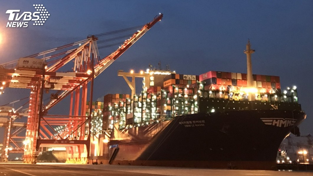 全球最大貨輪「韓遠利哈佛」停靠高雄港。(圖/高雄港務分公司提供) 全球最大貨櫃輪來了! 「韓遠利哈佛」首航高雄港