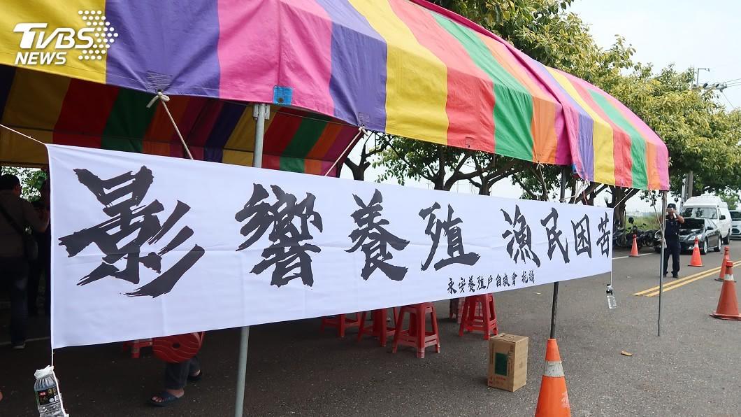(圖/中央社) 台電工程車噪音干擾魚塭 永安漁民拉白布條抗議