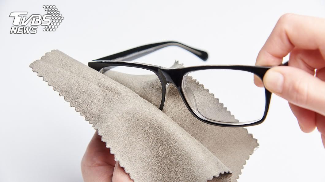 許多人習慣用眼鏡布擦拭鏡面髒汙。(示意圖/shutterstock達志影像) 眼鏡布不可擦鏡片!內行爆「真實功能」驚呆網