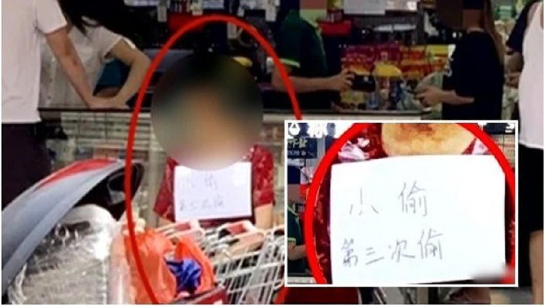 廣東佛山一名老婦涉嫌偷竊,遭到超市掛牌坐在店外示眾。(圖/翻攝自紅星新聞) 連偷三次被抓!老婦被掛牌「示眾」 店家:她本人同意