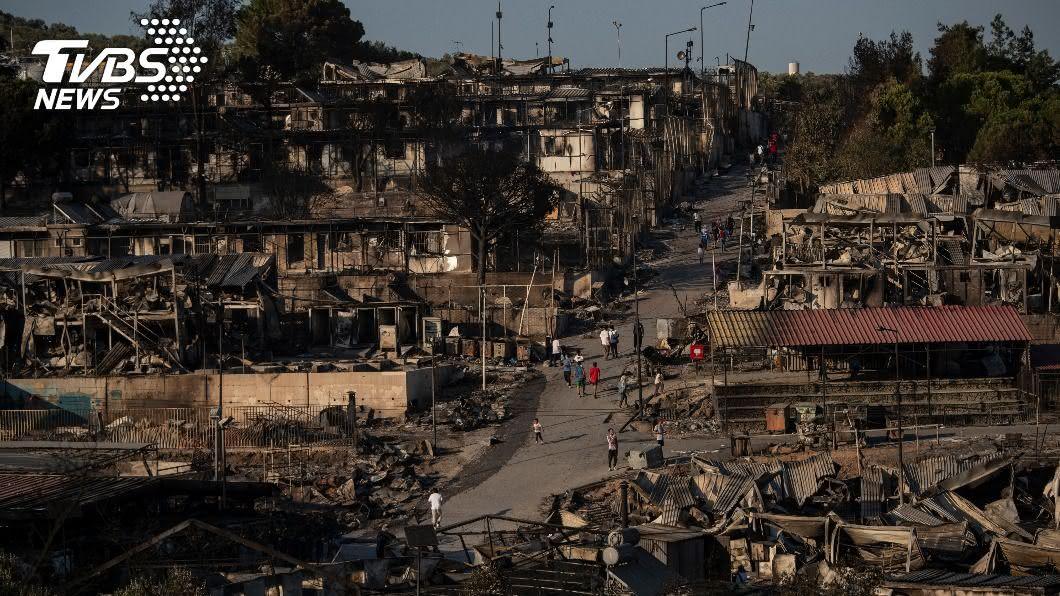 希臘最大的難民營再陷火海。(圖/達志影像美聯社) 疑不滿隔離政策縱火 希臘難民營數千人流離失所