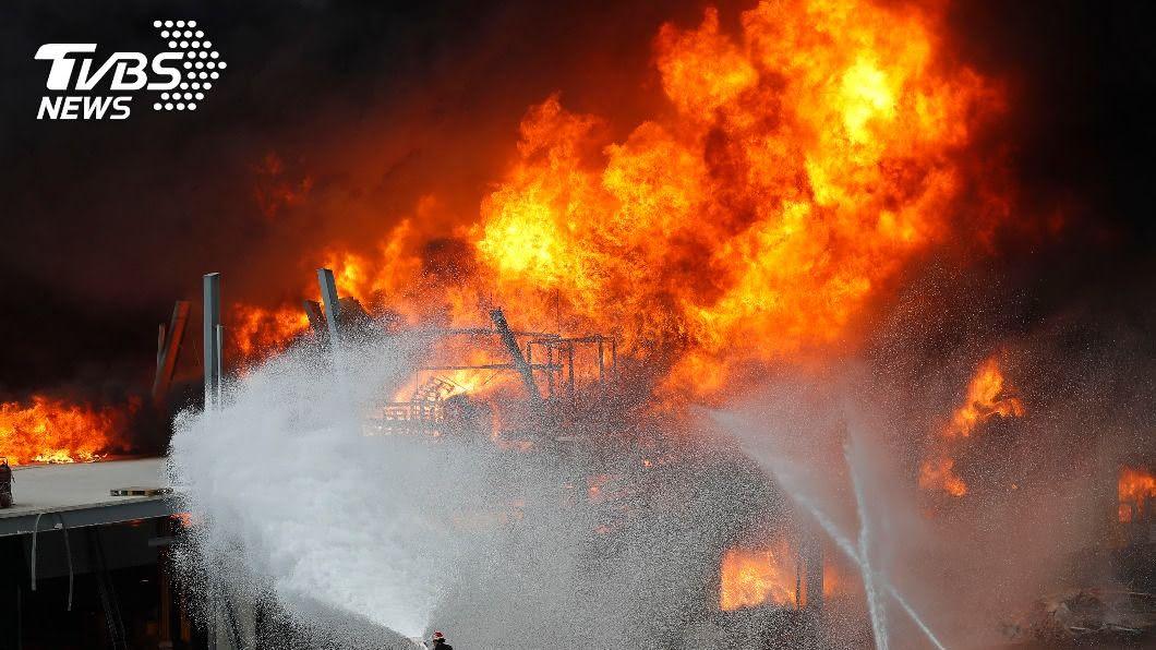 圖/達志影像美聯社 大爆炸一個月後再冒大火 貝魯特居民驚逃