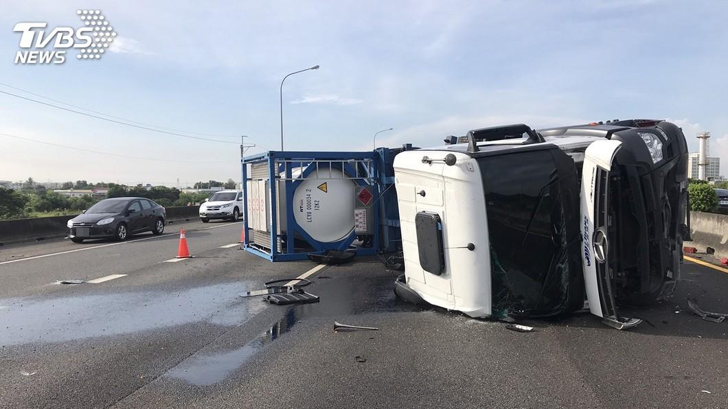 拖吊車和槽車擦撞意外。(圖/台南市消防局提供) 國1麻豆段擦撞車禍「槽車翻覆漏油」 2司機送醫