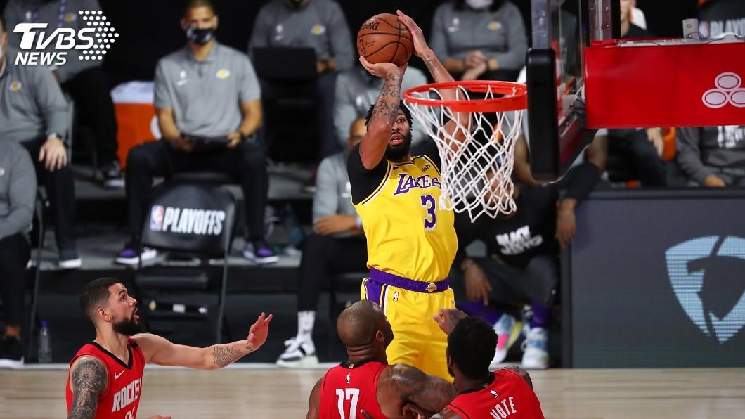 NBA湖人戴維斯拿下29分、12籃板的「雙十」成績。(圖/達志影像路透社) 戴維斯雙十、詹姆斯準大三元 湖人3連勝火箭聽牌