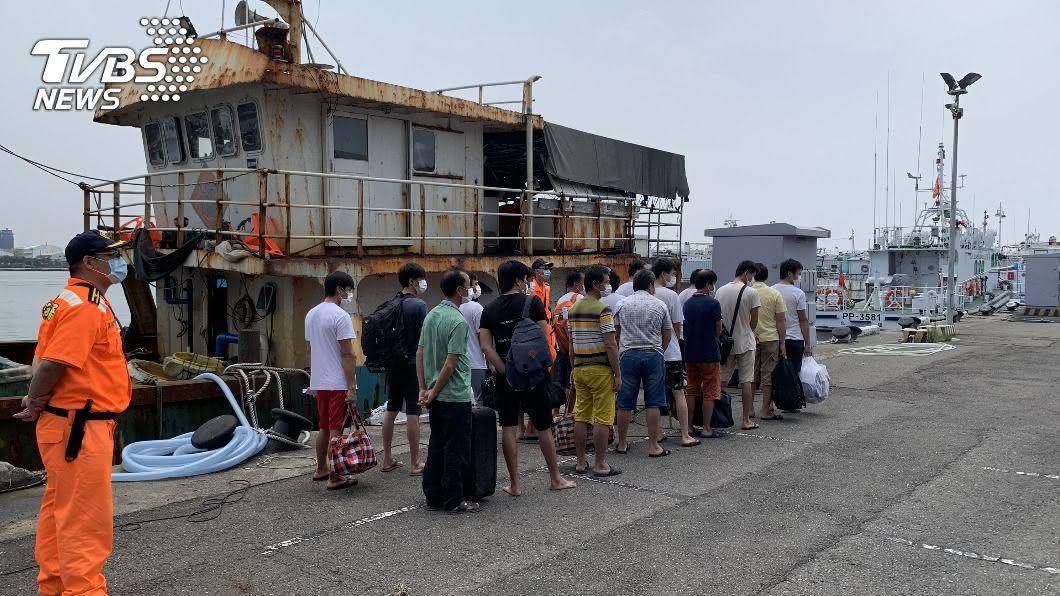 海巡署7月底在東沙島海域查扣陸船違法越界捕撈,連同船長等18人及船隻押回,10日押解驅離出境。(圖/高雄海巡隊提供) 陸漁船越界東沙海域捕撈 海巡扣46天強制驅離