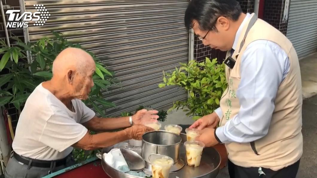 (圖/TVBS) 永康88歲豆花伯遭惡劣棄單 黃偉哲霸氣買光請客