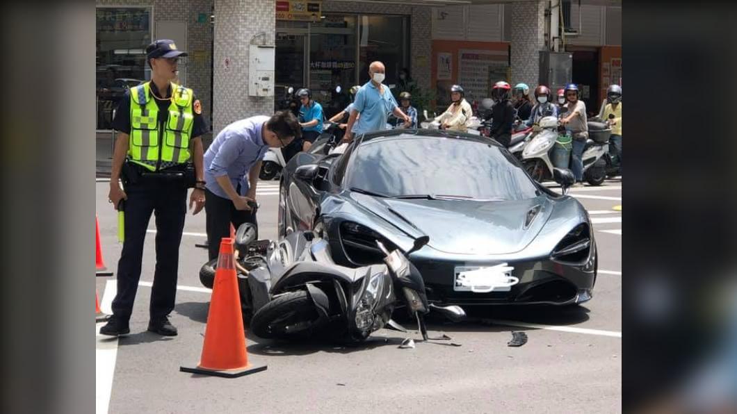 (圖/翻攝自「台南爆料公社」) 麥拉倫擦撞「板金凹陷」車頭毀!目擊者嚇歪:要賣腎了