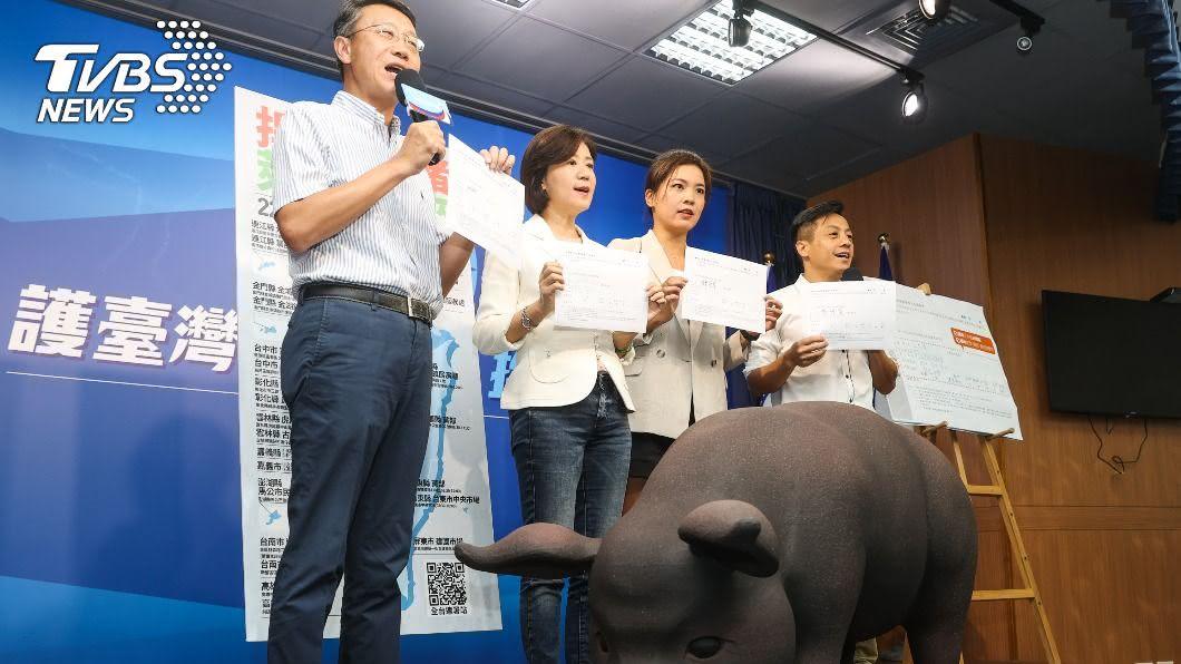 國民黨今天發起食安公投連署。(圖/中央社) 國民黨發起食安公投 蘇貞昌指「為反對而反對」