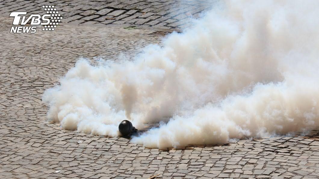 希臘警方發射催淚瓦斯驅散示威的難民,示意圖,非當事新聞畫面。(示意圖/shutterstock達志影像) 希臘離島難民示威想去歐洲 遭警方催淚瓦斯驅散