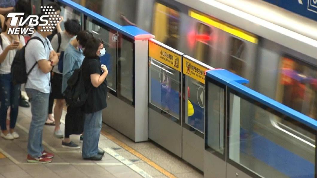 網友在等捷運時遇到大媽找碴。(示意圖/TVBS資料畫面) 心累!等捷運慘遇大媽找碴 車門一開插隊衝刺搶位