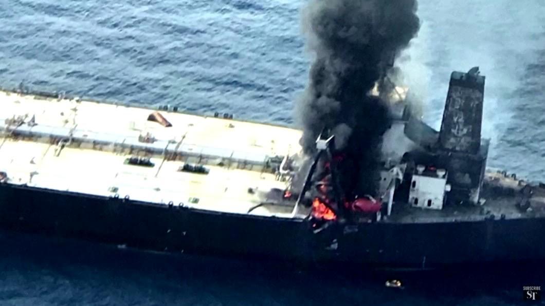 斯里蘭卡外海發生超級油輪漏油失火事件。(圖/翻攝自The Straits Times YouTube) 環境浩劫!超級油輪漏油失火 斯里蘭卡海軍急堵